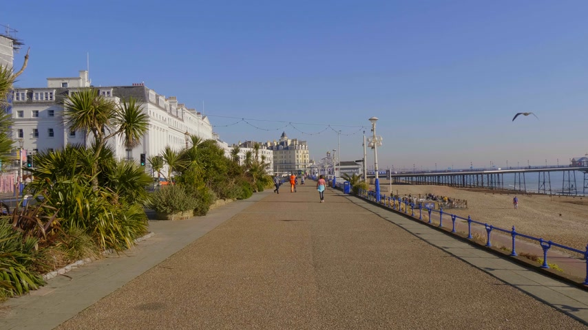 английский парк : Beautiful walk along the seafront in Eastbourne Sussex - EASTBOURNE, UNITED KINGDOM - FEBRUARY 21, 2019