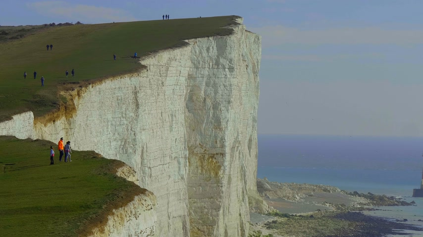 latarnia morska : Famous Seven Sisters White Cliffs at the coast of Sussex UNITED KINGDOM - EASTBOURNE, UNITED KINGDOM - FEBRUARY 21, 2019