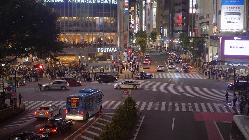 июнь : Shibuya street view at night - a busy district in Tokyo- TOKYO, JAPAN - JUNE 12, 2018