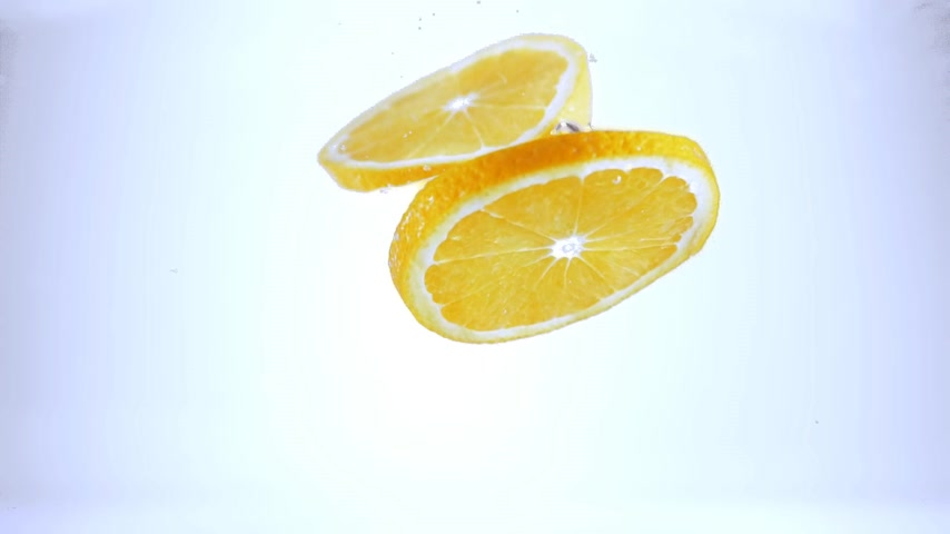 refresco : Fresh slices lemons falling into water Stock Footage