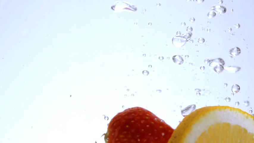 refresco : Strawberries and orange in clear water Stock Footage