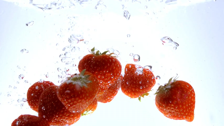 oxigênio : Strawberries in crystal clear water Stock Footage