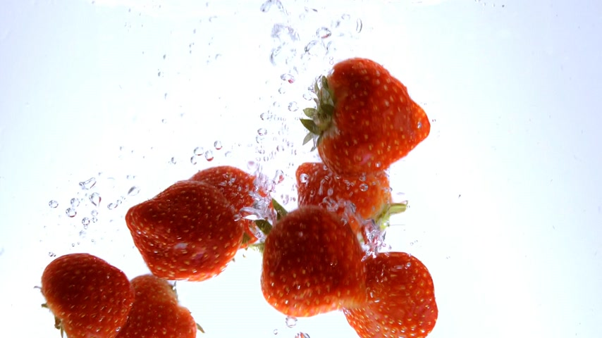çilek : Fresh strawberries fall into water - slow motion shot