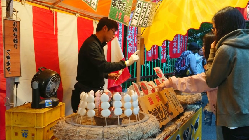 shinto : Preparation and street food sale of Japanese specialties - TOKYO, JAPAN - JUNE 18, 2018