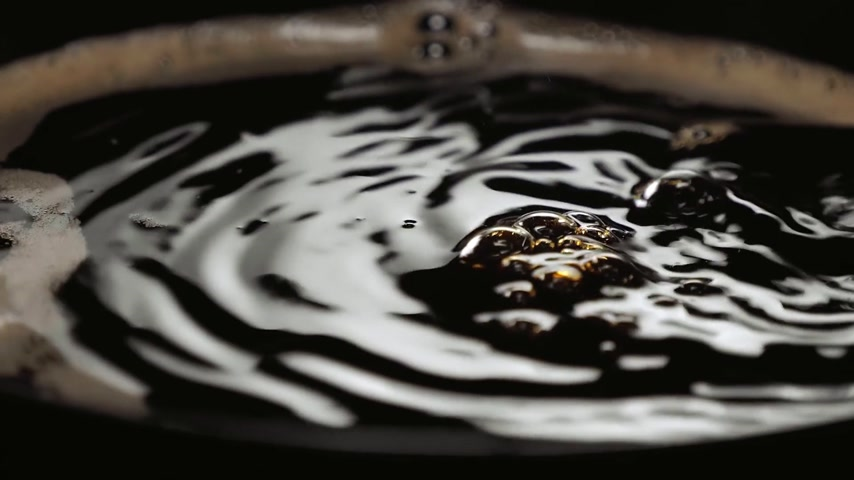 aromatik : Close up shot of fresh coffee in a cup in slow motion
