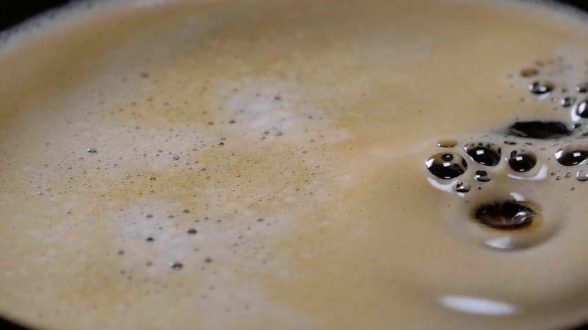 platillo : Close up shot of fresh coffee in a cup in slow motion
