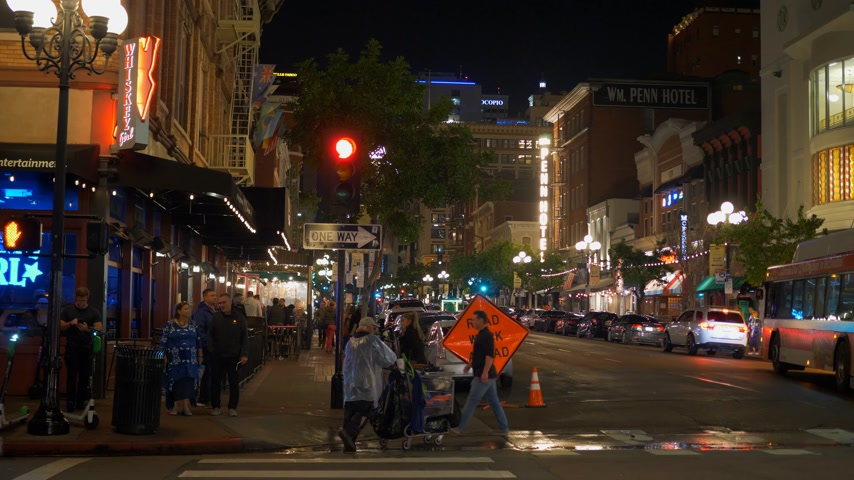 tramwaj : Historic Gaslamp Quarter San Diego by night - CALIFORNIA, USA - MARCH 18, 2019