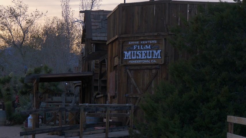 resmedilmeye değer : Film museum at historic Pioneertown in California in the evening - CALIFORNIA, USA - MARCH 18, 2019 Stok Video