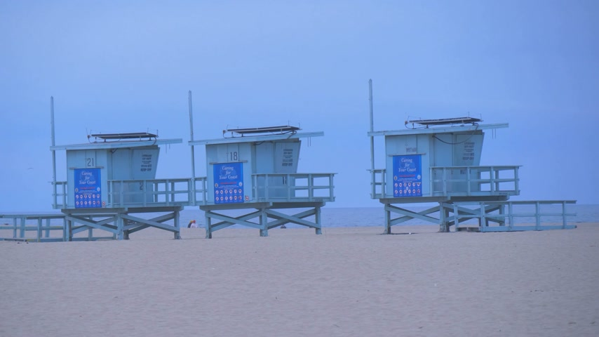 barışçı : Lifeguard towers at Venice Beach - CALIFORNIA, USA - MARCH 18, 2019
