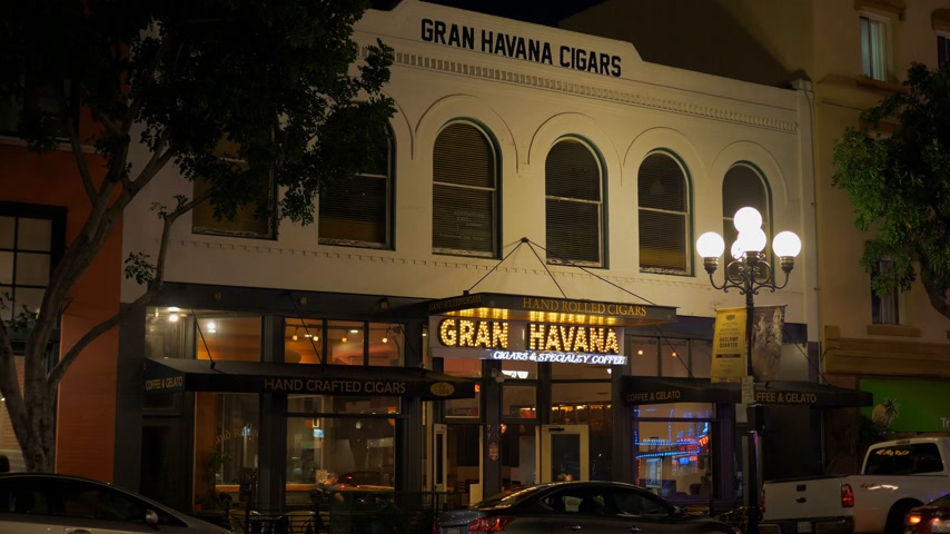 tramway : Gran Havana Cigars at Historic Gaslamp Quarter San Diego by night - Californie, États-Unis - 18 mars 2019