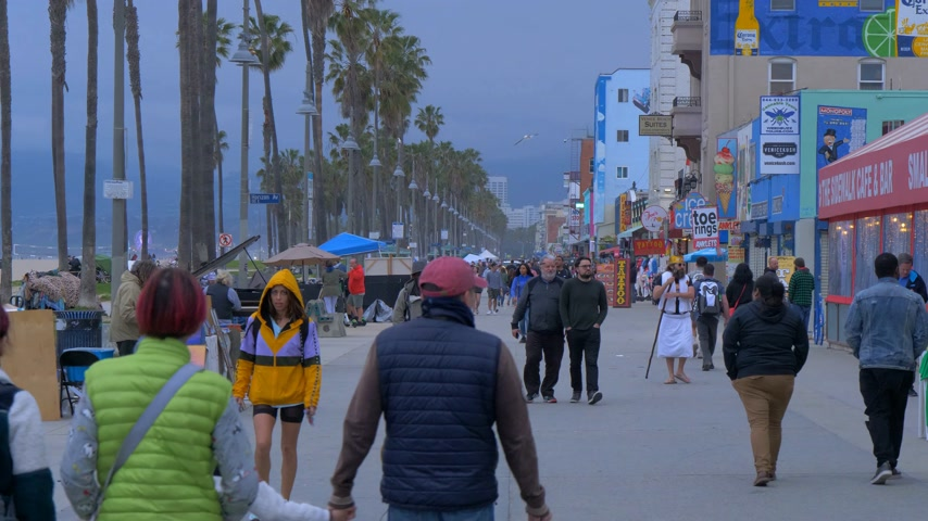 venezia : Venice Beach South Ocean Walk in the evening - CALIFORNIA, USA - MARCH 18, 2019