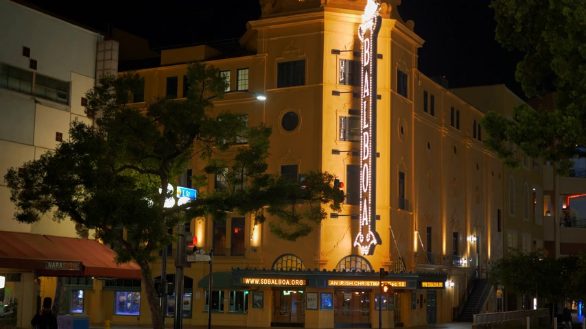 tramway : Balboa Theatre at Historic Gaslamp Quarter San Diego by night - Californie, États-Unis - 18 mars 2019