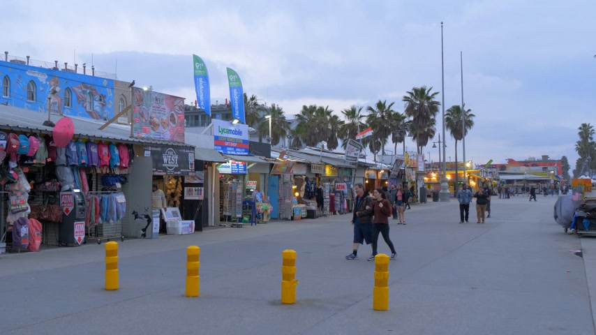 barışçı : Venice Beach South Ocean Walk in the evening - CALIFORNIA, USA - MARCH 18, 2019