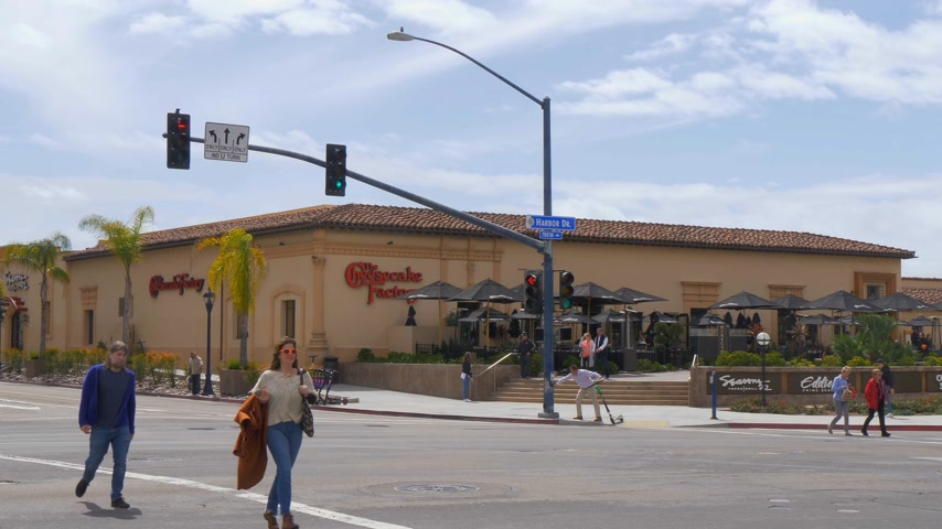 海港 : Cheesecake factory restaurant in San Diego - CALIFORNIA, USA - MARCH 18, 2019 動画素材