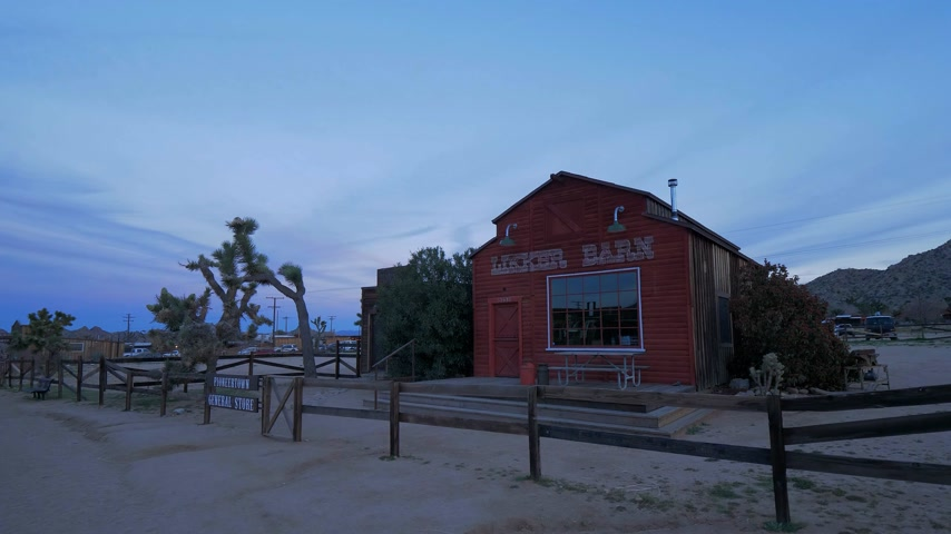 érdemes : Famous Pioneertown in California in the evening - CALIFORNIA, USA - MARCH 18, 2019 Stock mozgókép