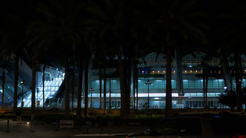 tramway : San Diego Convention Center by night - CALIFORNIE, USA - 18 MARS 2019