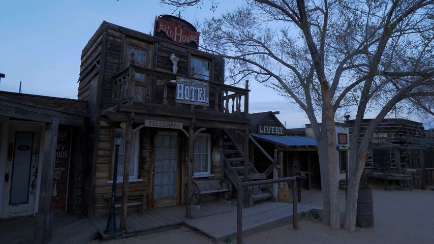 érdemes : Historic wooden buildings at at Pioneertown in California in the evening - CALIFORNIA, USA - MARCH 18, 2019