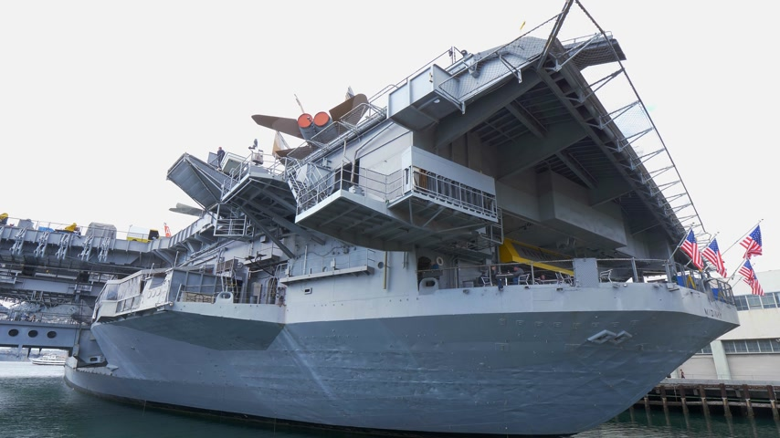 tengeri kikötő : USS Midway museum historic aircraft carrier - CALIFORNIA, USA - MARCH 18, 2019 Stock mozgókép
