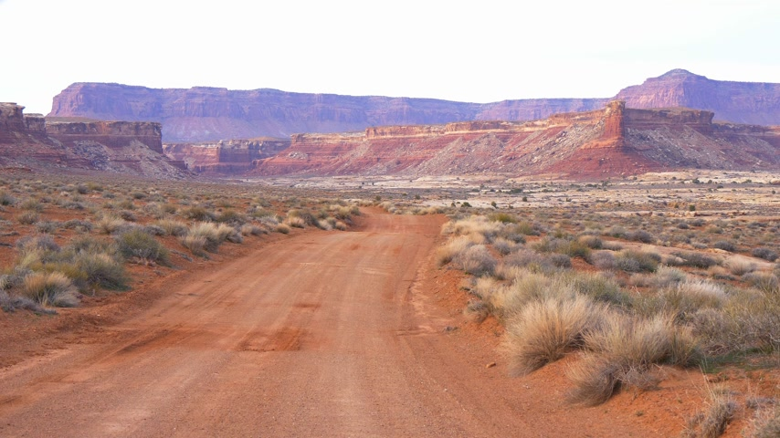 západ : Unpaved road through Canyonlands National Park