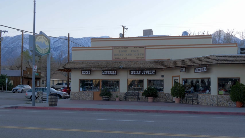 основной : Indian jewelery and gift store in the historic village of Lone Pine - LONE PINE CA, USA - MARCH 29, 2019