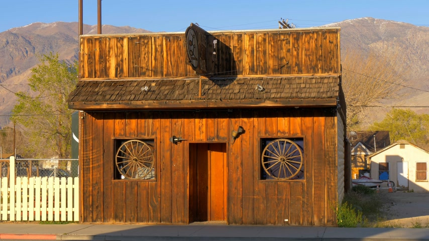 hátizsákkal : Wild West Bar in the historic village of Lone Pine - LONE PINE CA, USA - MARCH 29, 2019