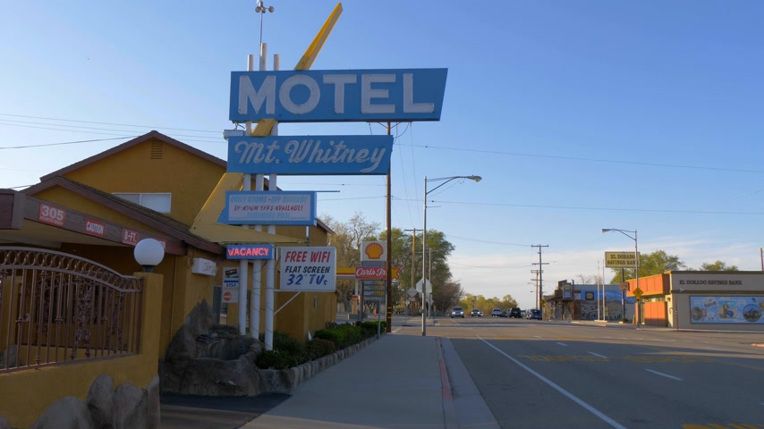 hátizsákkal : Mount Whitney Motel in the historic village of Lone Pine - LONE PINE CA, USA - MARCH 29, 2019