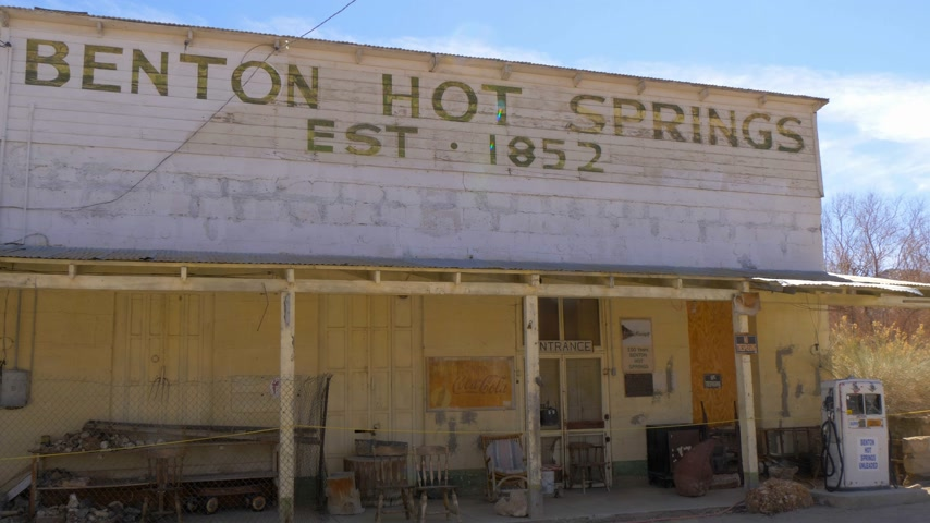 засушливый : Historic ghost town of Benton in the Sierra Nevada - BENTON, USA - MARCH 29, 2019