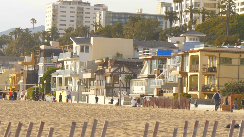 lifesavers : Small houses at the beach of Santa Monica - LOS ANGELES, USA - MARCH 29, 2019