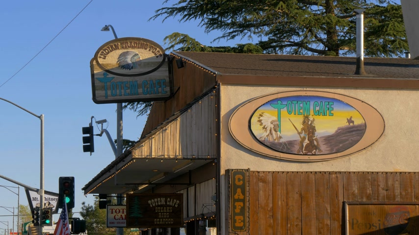 piskopos : Indian Trading Post at the Totem Cafe in the historic village of Lone Pine - LONE PINE CA, USA - MARCH 29, 2019