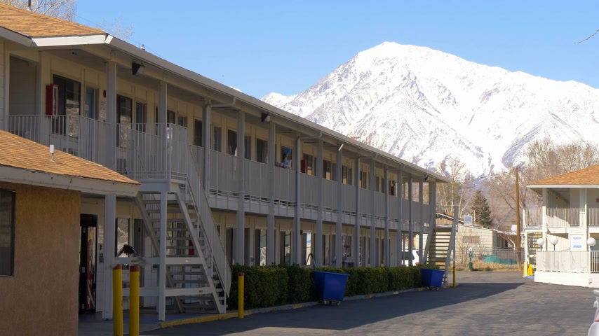 eastern sierra : Motel 6 in the town of Bishop California - BISHOP, USA - MARCH 29, 2019 Stock Footage