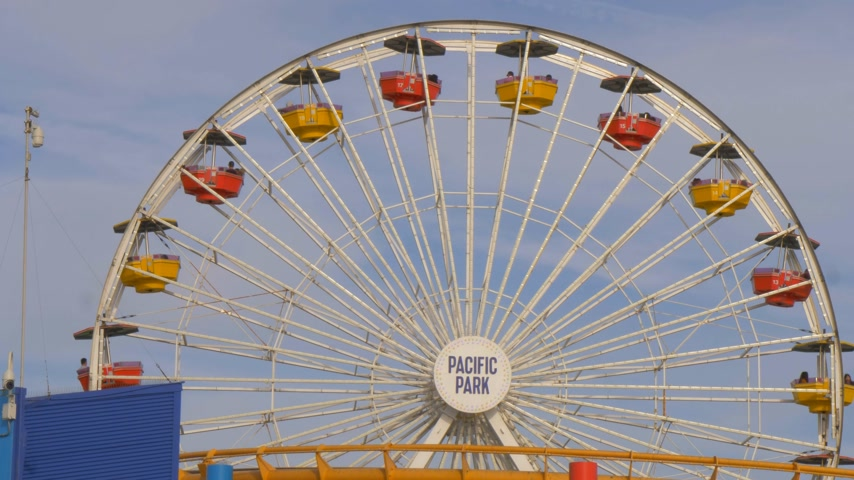 aydınlatmalı : Ferris Wheel at Santa Monica Pier in Los Angeles - LOS ANGELES, USA - MARCH 29, 2019 Stok Video