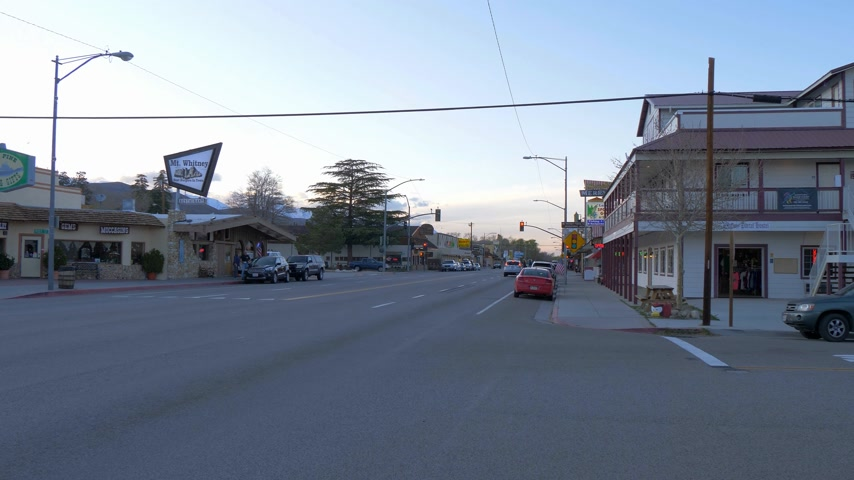 典型的な : Typical street view in the historic village of Lone Pine - LONE PINE CA, USA - MARCH 29, 2019