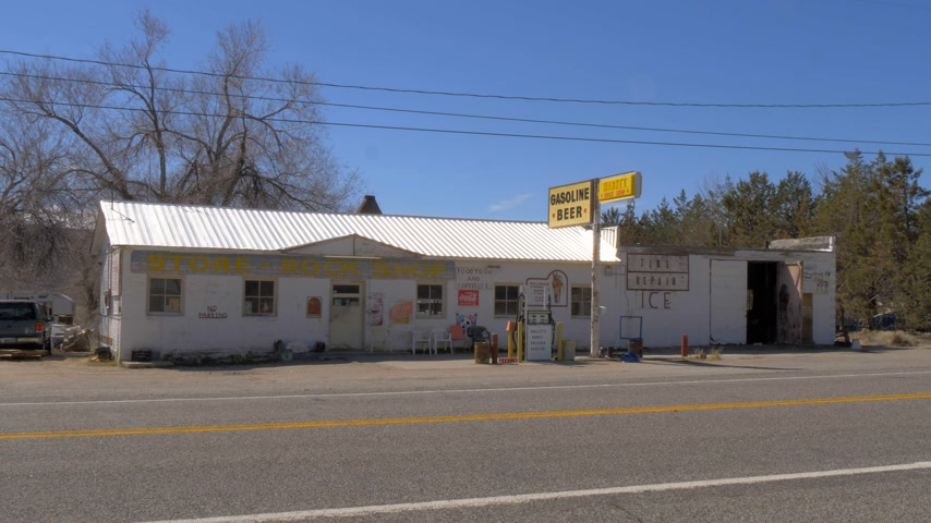 sierra nevada : Old gas station in the village of Benton - BENTON, USA - MARCH 29, 2019 Stock Footage