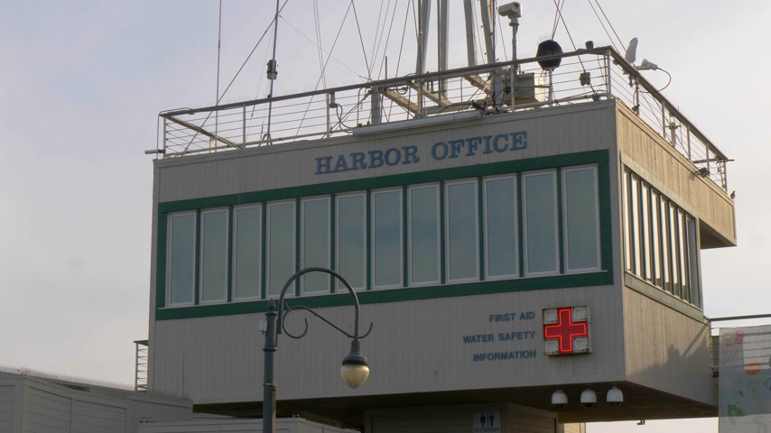 aydınlatmalı : Harbor Office on Santa Monica Pier - LOS ANGELES, USA - MARCH 29, 2019 Stok Video