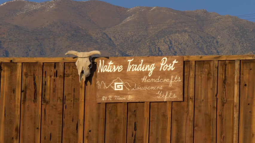 епископ : Native Trading Post in the historic village of Lone Pine - LONE PINE CA, USA - MARCH 29, 2019