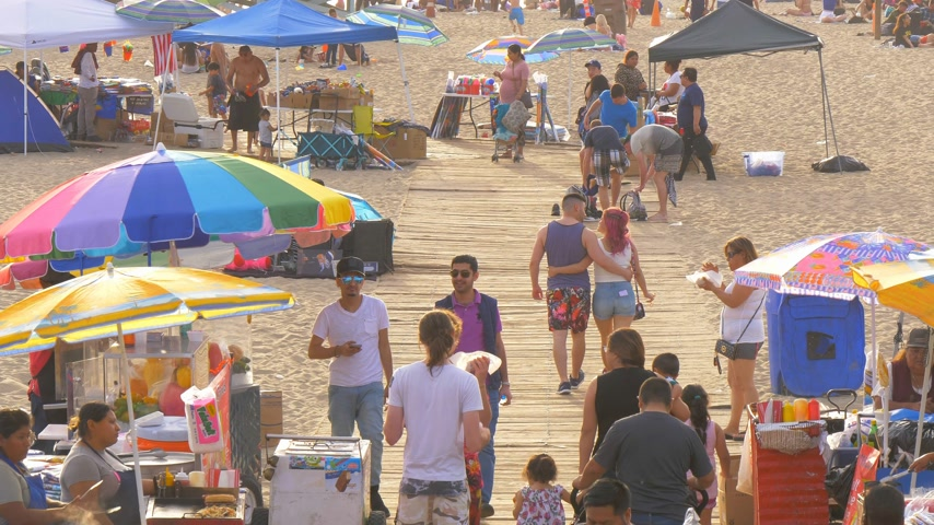 barışçı : Santa Monica Beach is a popular place in the city - LOS ANGELES, USA - MARCH 29, 2019