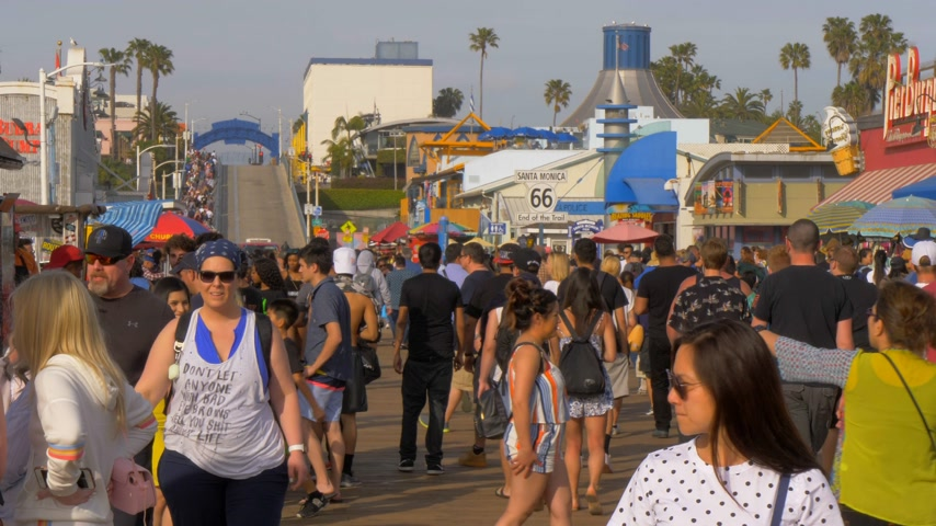 oszlopsor : Walking on Santa Monica Pier - LOS ANGELES, USA - MARCH 29, 2019