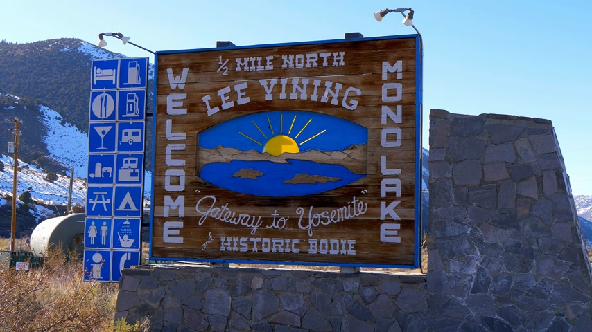 dişli doruk : Welcome to Mono Lake sign in the Sierra Nevada - BISHOP, USA - MARCH 29, 2019 Stok Video