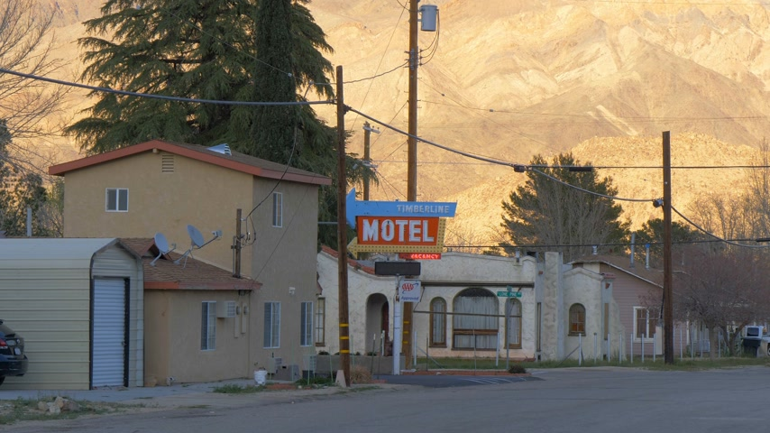 eyaletler arası : Timberline Motel in the historic village of Lone Pine - LONE PINE CA, USA - MARCH 29, 2019 Stok Video