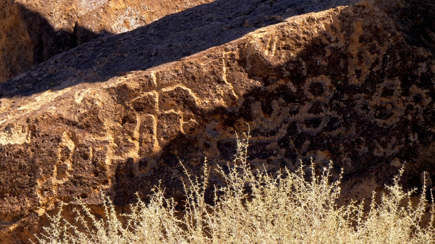 доисторический : Ancient Petroglyphs at Chalfant Valley in the Eastern Sierra