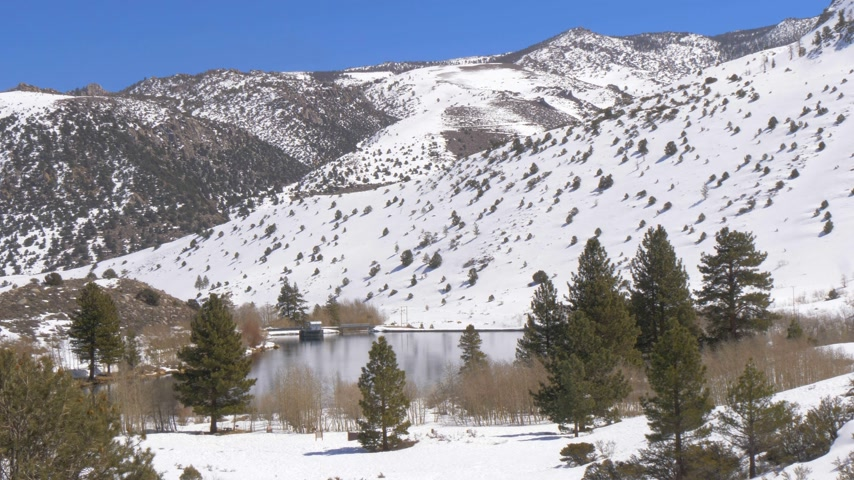 piskopos : Beautiful pond in the snow covered mountains in the Sierra Nevada