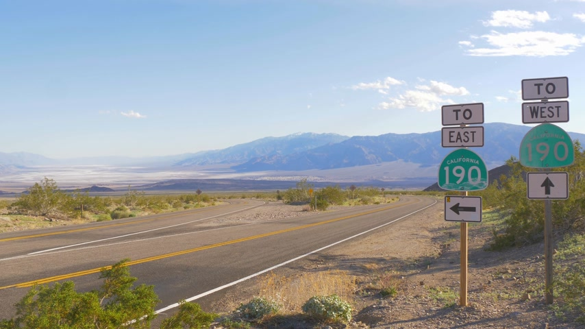 yassı : Scenic road through Death Valley National Park Stok Video