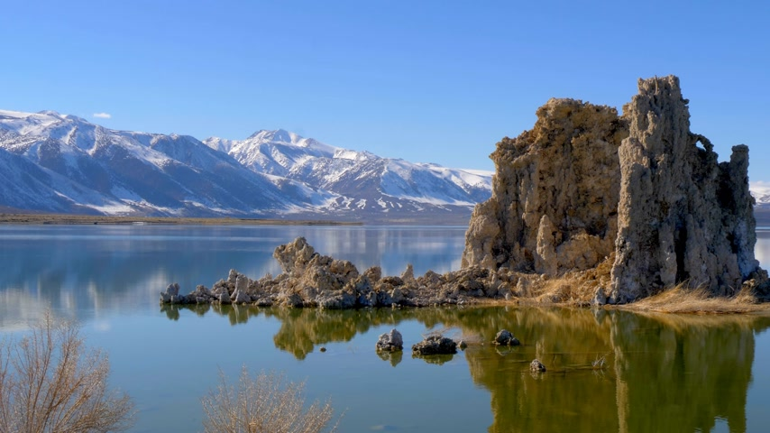 石灰岩 : Tufa towers columns of limestone at Mono Lake 動画素材