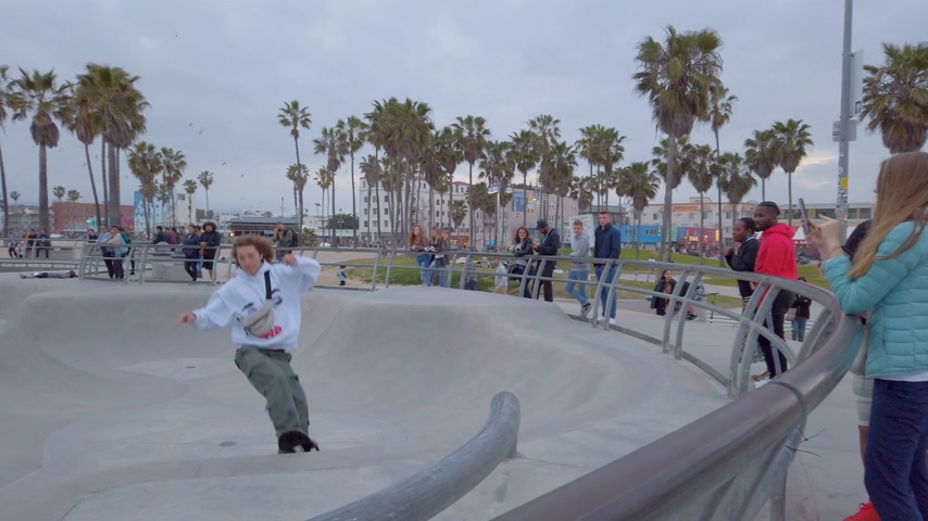 perspectiva : Skater at Venice Beach - LOS ANGELES, USA - APRIL 1, 2019 Stock Footage