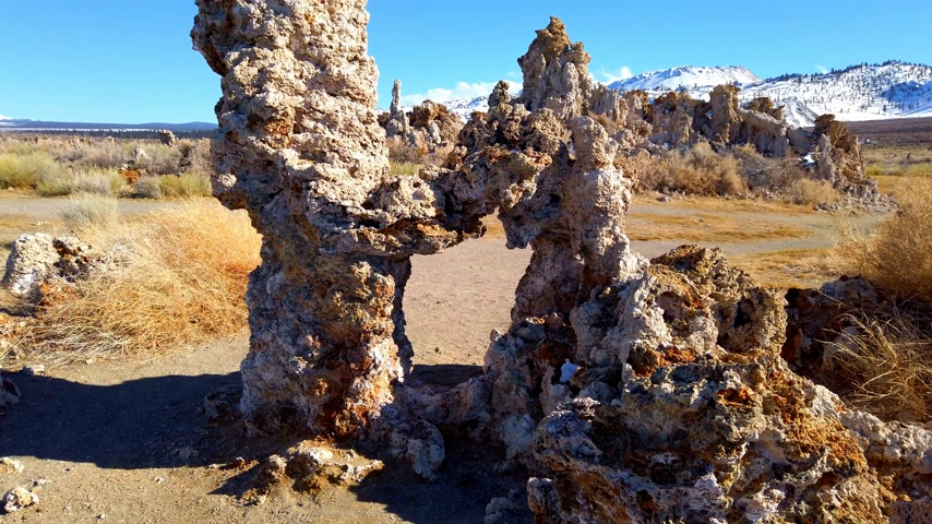 kalcium : Tufa towers columns of limestone at Mono Lake in California - travel photography