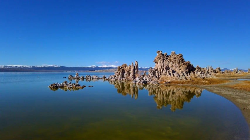 石灰岩 : Tufa towers columns of limestone at Mono Lake in California - travel photography
