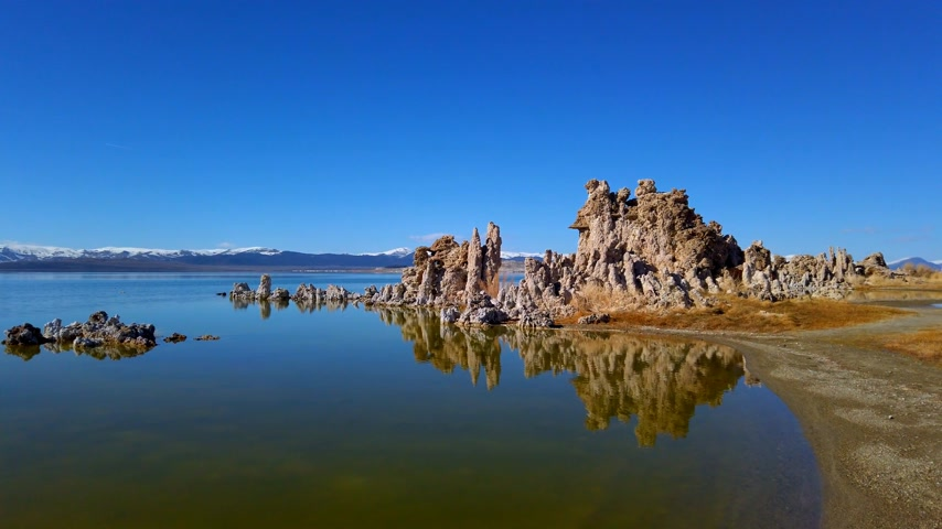 mono lake : Mono Lake California with its Tufa columns - travel photography