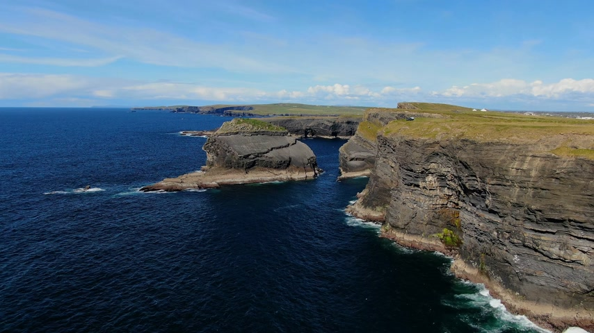 erosão : Deep blue Atlantic ocean water at the Cliffs of Kilkee in Ireland