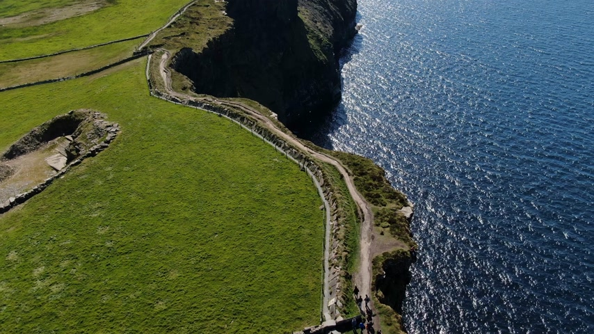 keltisch : Cliffs of Moher Coastal walk from above - luchtfoto drone-opnamen