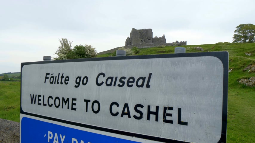 eire : Welcome to the Rock of Cashel - a famous landmark in Ireland - CASHEL, IRELAND - MAY 14, 2019